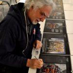 Der Künstler Jens Rusch signiert den Freimaurerkalender 2016